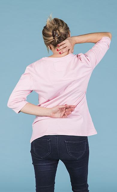 Mulher de costas com fibromialgia