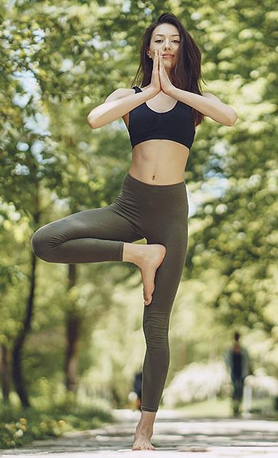 Mulher com fibromialgia fazendo yoga