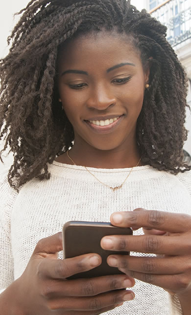 Mulher usando aplicativo para fibromialgia