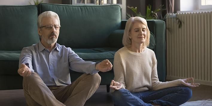 Casal idoso meditando