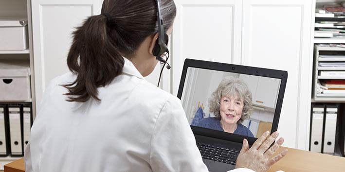 Idosa com fibromialgia se consultando online