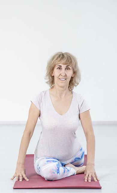 Idosa fazendo yoga para fibromialgia