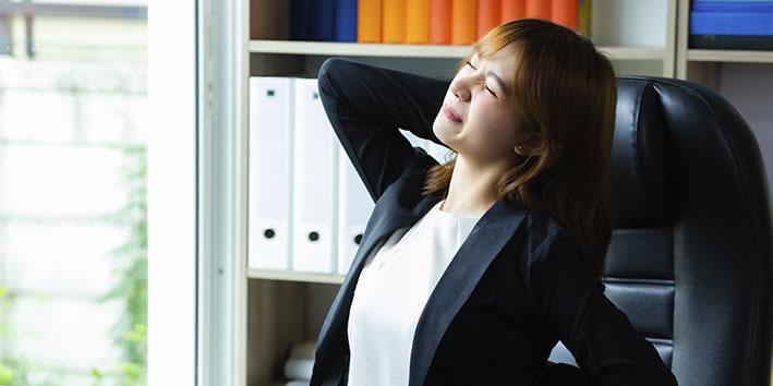 Mulher com fibromialgia dor