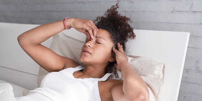 Mulher com insonia por fibromialgia