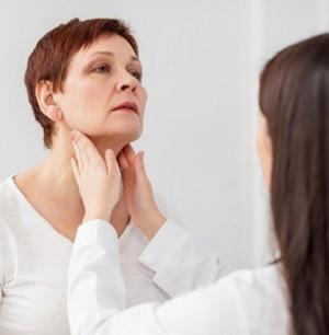 Garganta de mulher sendo examinada por medica
